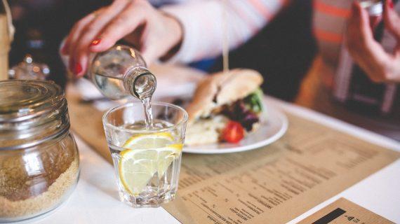 קשה לך לשתות מים?  הנה הטיפים שיעזרו לך לשתות קצת יותר